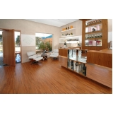 aplicação de piso de madeira na sala Ponte Rasa