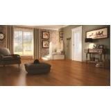 aplicação de piso de madeira maciça