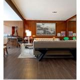 aplicação de piso de madeira na cozinha