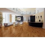 aplicação de piso de madeira na sala